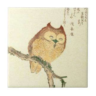 För konsttryck | för vintage japansk uggla på en kakelplatta