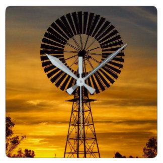 För kvarnsolnedgången för australier Outback Fyrkantig Klocka