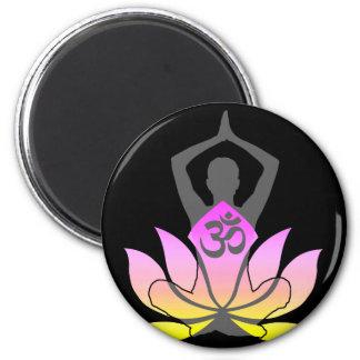 För lotusblommablomma för OM Namaste poserar Magnet Rund 5.7 Cm