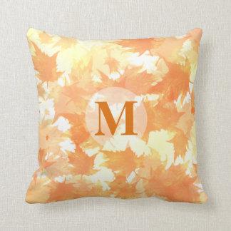 För lövmönster för gult och för orange fallande kudde