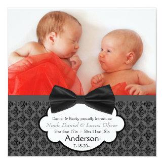 För pojkefoto för fluga tvilling- meddelande för fyrkantigt 13,3 cm inbjudningskort