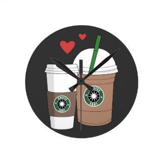 Förälskad kaffe koppar! medium rund klocka