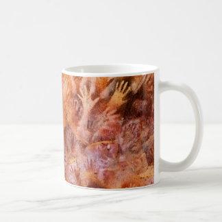 Förhistorisk grottamålning av händerkaffemuggen kaffemugg