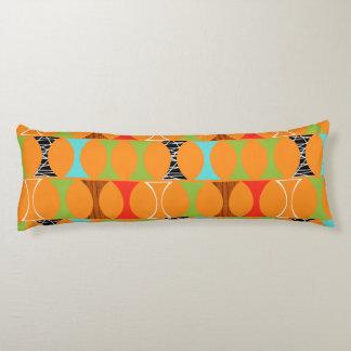 Förkroppsligar det moderna orange mönster för det kroppskudde