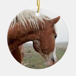 Formulera hästen i misten - att bedöva som är rund julgransprydnad i keramik