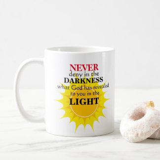 Förneka aldrig i mörkret kaffemugg