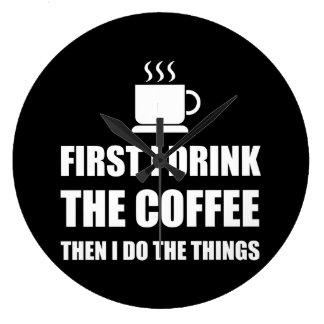 Första kaffe stoppar därefter stor rund klocka