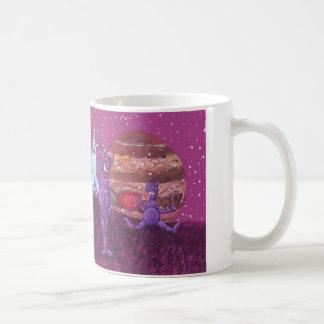 Förtjusande purpurfärgade cyclopss och kor på kaffemugg