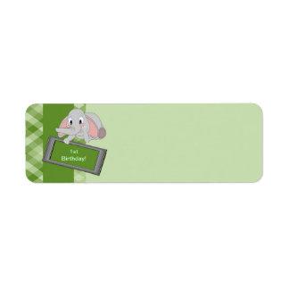 Förtjusande tecknadelefant på grön plädfödelsedag returadress etikett