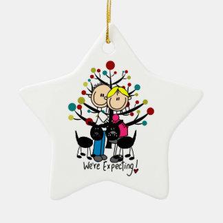 Förväntansfullt koppla ihop den beställnings- stjärnformad julgransprydnad i keramik