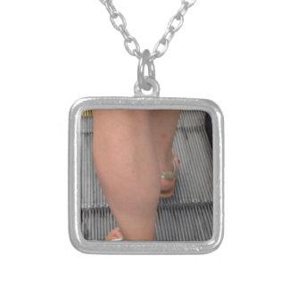 Fot i Sandals Halsband Med Fyrkantigt Hängsmycke
