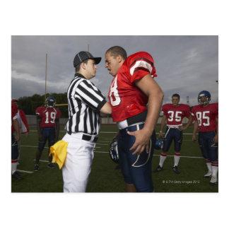 Fotbollsspelare som argumenterar med domare vykort
