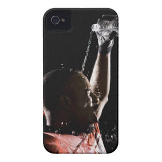 Fotbollsspelare som kyler av med vatten Case-Mate iPhone 4 skal