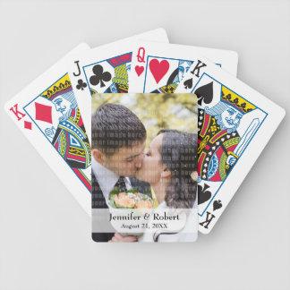 Foto som leker kort spelkort