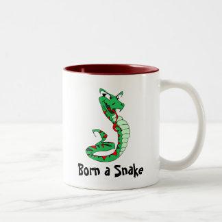 Fött en orm Två-Tonad mugg