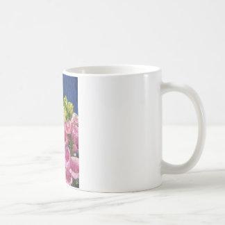 Foxgloven blommar på struktur med ramen kaffemugg