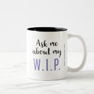 Fråga mig om min W.I.P. (lilor) Två-Tonad Mugg