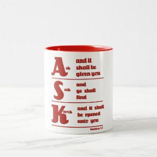 """""""Fråga, sökanden- och knackning"""" muggen Två-Tonad Mugg"""