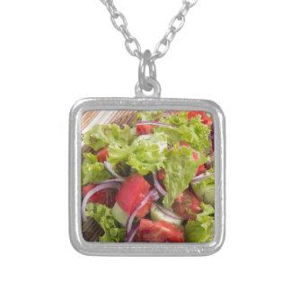 Fragment av vegetarisk sallad från nya grönsaker silverpläterat halsband