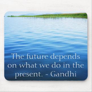 Framtiden beror på vad vi gör i present.en musmatta