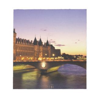 Frankriken Paris, flod Seine och Conciergerie på Anteckningsblock