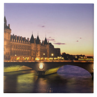 Frankriken Paris, flod Seine och Conciergerie på Kakelplatta