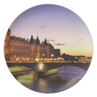 Frankriken Paris, flod Seine och Conciergerie på Tallrik