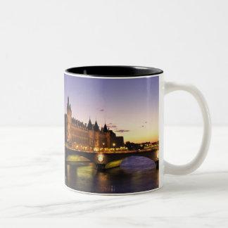 Frankriken Paris, flod Seine och Conciergerie på Två-Tonad Mugg