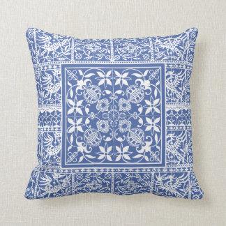 Franskt snöre för renaissanceblåttvit blommar kudde