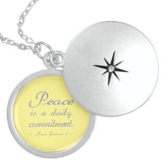 Fred är en dagstidningförpliktelse halsband med rund berlock
