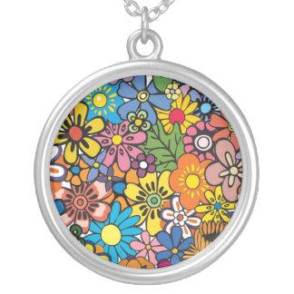 Fred kärlek, blommar halsband med rund hängsmycke