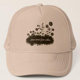 Fred kommer inifrån hatten truckerkeps