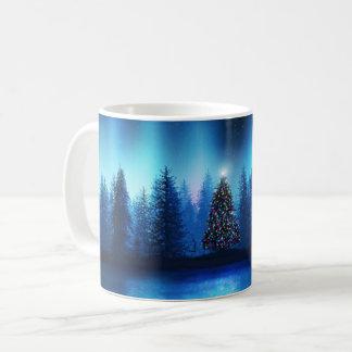 Fridsam skog för julgranjulafton kaffemugg