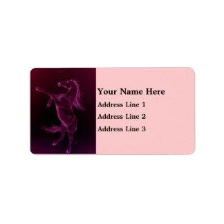 Friesianhäst som fostrar adressetiketten adressetikett