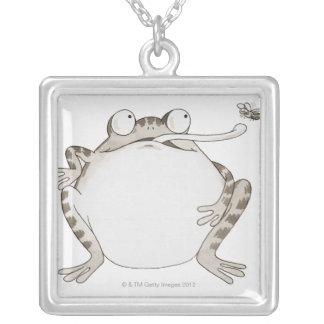Frig tittar upp silverpläterat halsband