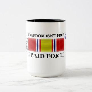 Frihet är inte fri Två-Tonad mugg