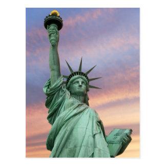 frihetsgudinnan under livlig himmel vykort