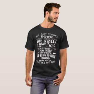 Friktionstävla fastar köra bilen t-shirt