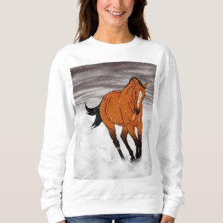 Frolicking hjortläderhäst i snö tröjor