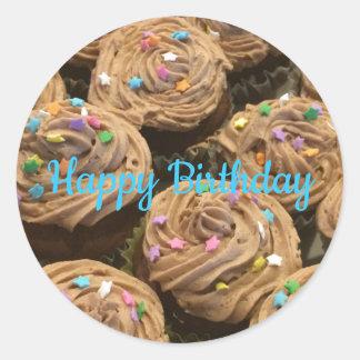 Frostad födelsedagmuffins för choklad runt klistermärke