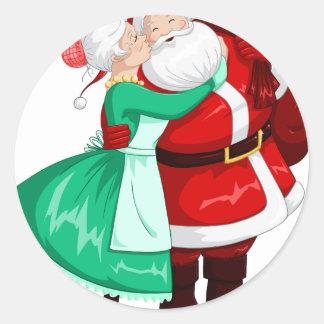 Fru Claus kysser Santa på kind och kramar Runt Klistermärke