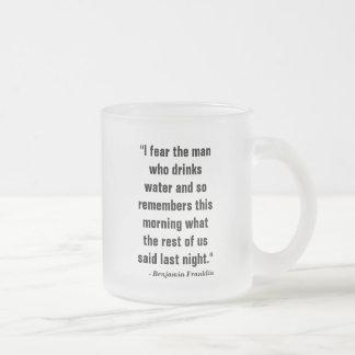 """""""Fruktar minns jag manen, som dricker vatten och, Frostad Glas Mugg"""