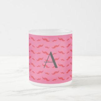 Fuchsia rosa mustaschmönster för Monogram Frostad Glas Mugg