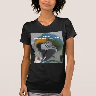 Fundraising designer som presenterar looen t shirt