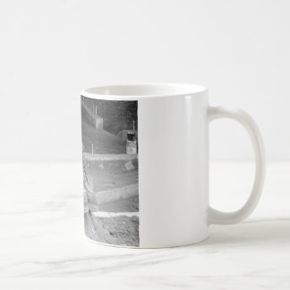 Funktionsdugliga en man kängor kaffemugg