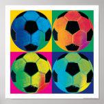 Fyra fotbollbollar i olika färger
