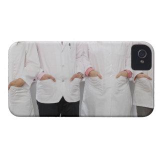 Fyra pharmacists med deras händer i deras iPhone 4 hud