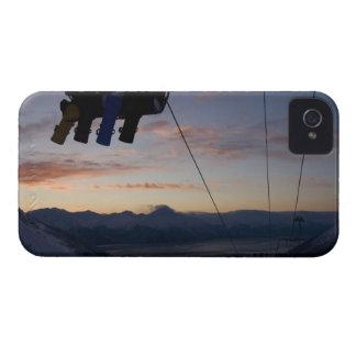 Fyra snowboarders silhouetteds på en skidlift iPhone 4 Case-Mate skal
