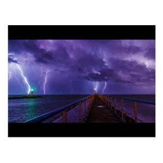 Fyrar i en Thunderstorm med lilor regnar Vykort