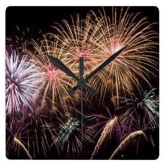 Fyrverkerier tar tid på fyrkantig klocka